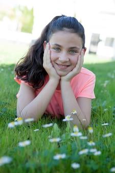Happy preteen fille couchée dans l'herbe