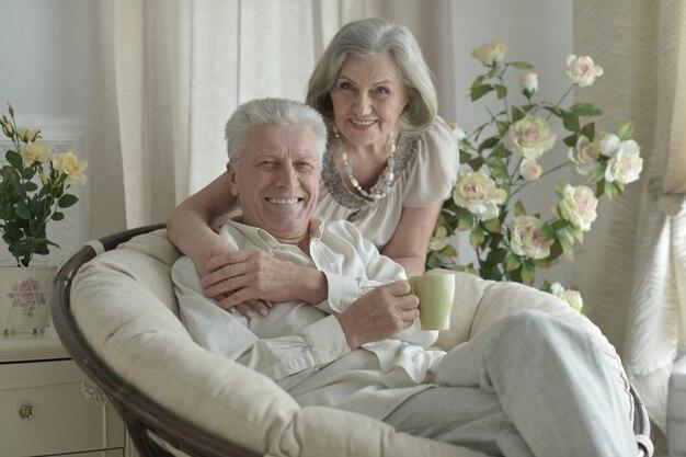 Happy senior couple au repos à la maison avec une tasse de thé