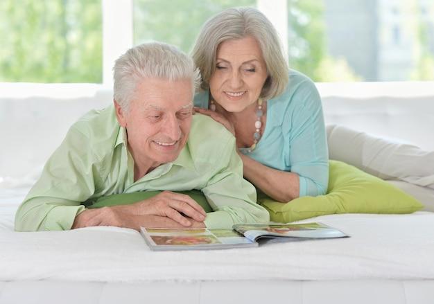 Happy senior couple avec magazine à la maison