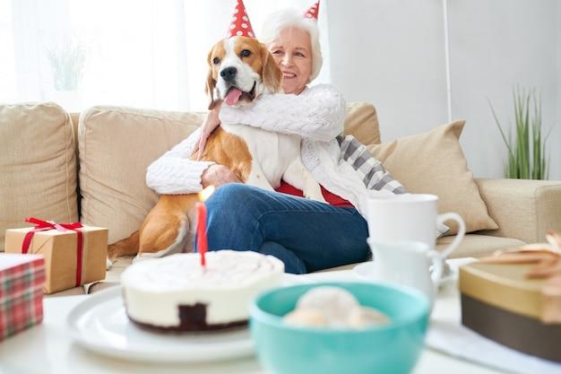 Happy senior woman hugging dog pour anniversaire
