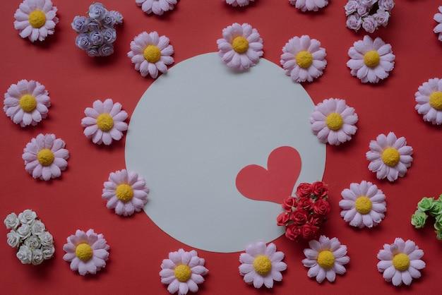 Happy valentines day carte de voeux bouquet de fleurs et coeur rouge