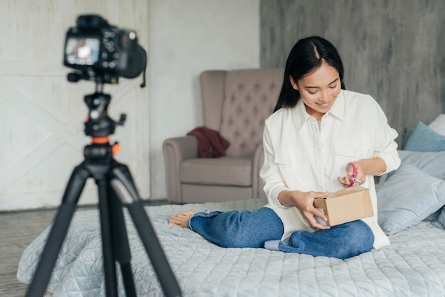 Happy woman unboxing en streaming en direct