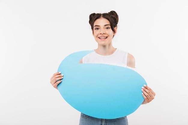 Happy young woman with double buns hairstyle holding bannière publicitaire vide pour le texte de fond, isolé sur blanc