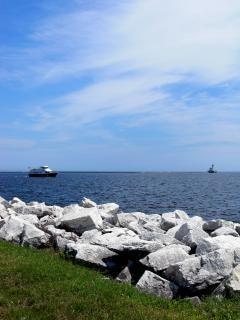 Harborfront milwaukee, les rochers, le bateau