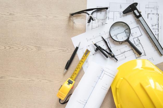 Hardhat près des schémas et des outils
