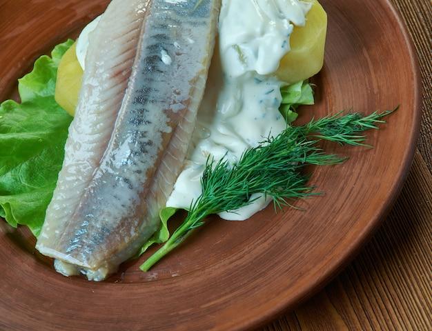 Hareng à l'aneth et salade de pommes de terre à la moutarde scandinave