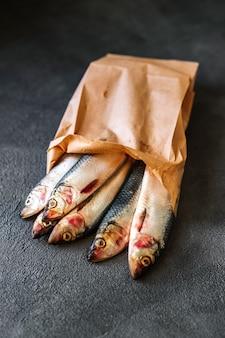 Hareng cru dans un sac en papier écologique