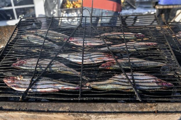 Hareng sur un grill sur le marché
