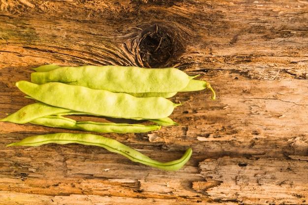 Haricot de jacinthe fraîche sur fond texturé en bois