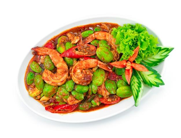 Haricot puant sauté (haricot amer) avec crevettes et pâte de crevettes (goong pad kapi sator) thai food spicy curry plat topview