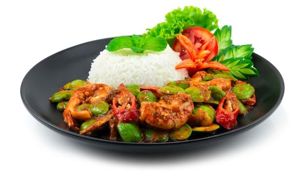 Haricot puant sauté (haricot amer) avec crevettes et pâte de crevettes servant une recette de riz (goong pad kapi sator) cuisine thaïlandaise plat au curry épicé sideview