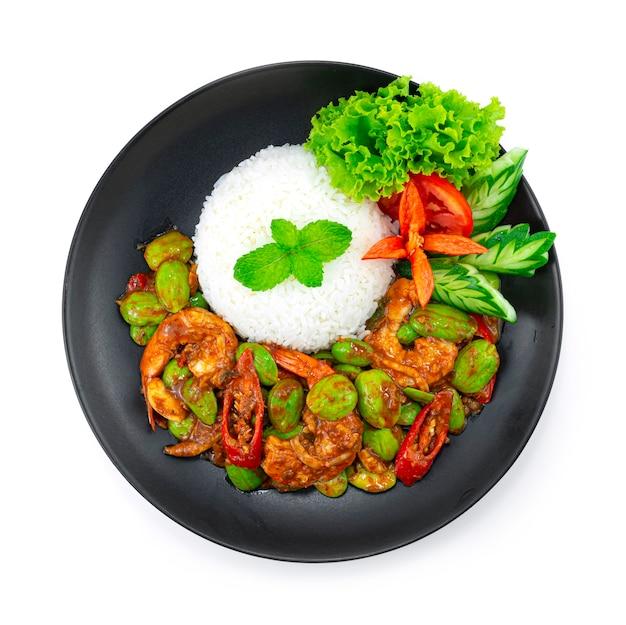 Haricot puant sauté (haricot amer) avec crevettes et pâte de crevettes servant une recette de riz (goong pad kapi sator) cuisine thaïlandaise plat de curry épicé vue de dessus