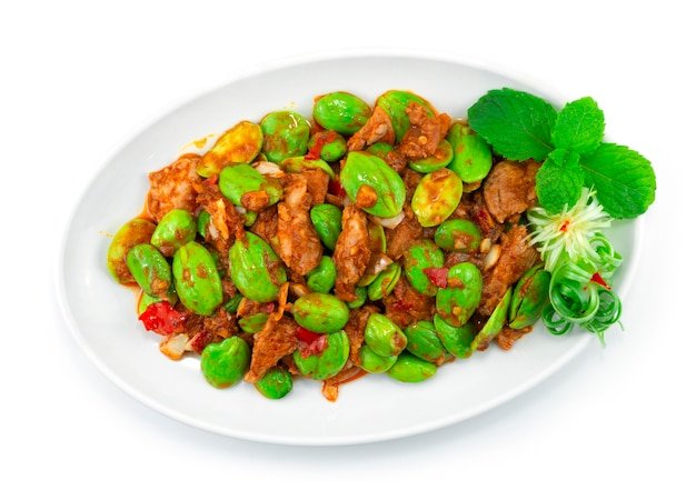 Haricot puant sauté avec pâte de porc et de crevettes (moo pad kapi sator) plat épicé de cuisine thaïlandaise vue de dessus