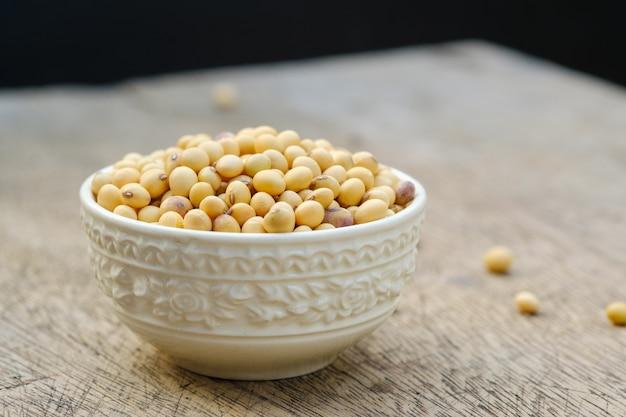 Haricot de soja dans un bol sur le plancher et l'espace de copie
