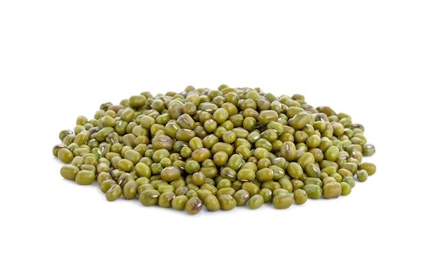 Haricot vert ou haricot mungo sur blanc