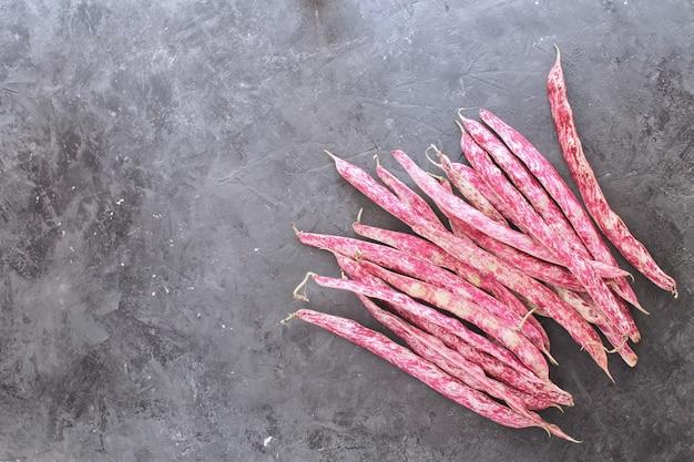 Haricots bio aux haricots rouges frais isolés haricots romains haricots rouges source de protéines source de béton sombre vue de dessus