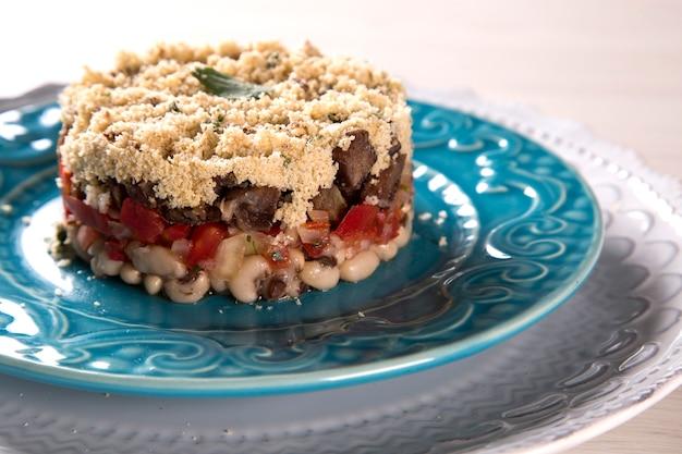 Haricots blancs cuits à la vapeur avec de la viande à la sauce tomate