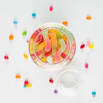 Haricots de bonbons autour de pot avec des vers de gelée