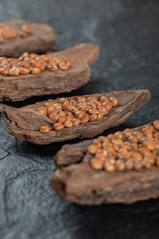 Haricots bruns isolés sur fond noir.