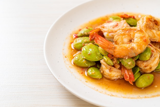 Haricots en grappe torsadés sautés aux crevettes - style cuisine thaïlandaise
