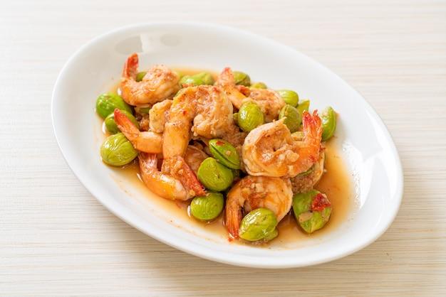 Haricots en grappe torsadés sautés aux crevettes - style thaïlandais