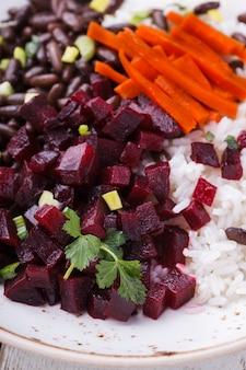 Haricots avec riz et betterave