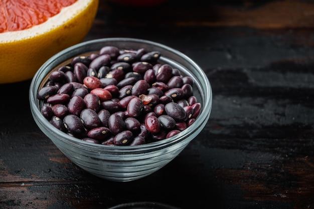 Haricots rouges dans un bol avec des ingrédients sains