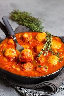 Haricots rouges épicés, poivron rouge et chili de boulettes de viande au thym