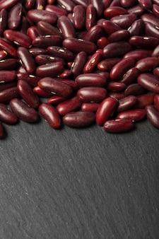 Haricots rouges sur le tableau noir
