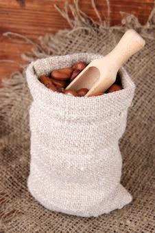 Haricots en sac sur table en bois