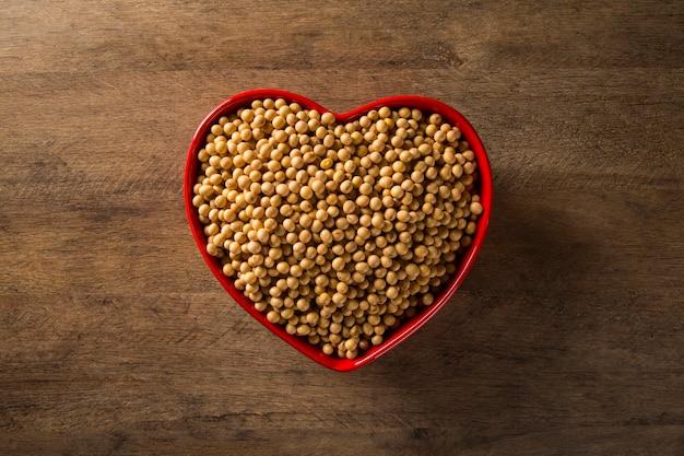 Haricots de soja dans un pot de coeur