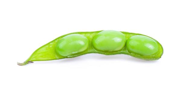 Haricots de soja isolés sur une surface blanche