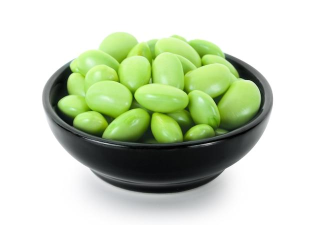 Haricots de soja vert frais sur fond blanc
