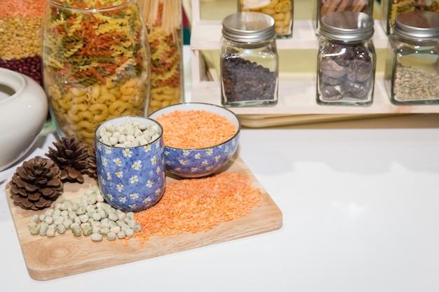 Haricots super nourriture sur bol décoratif dans la cuisine