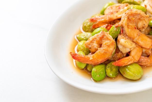 Haricots torsadés sautés aux crevettes - style cuisine thaïlandaise