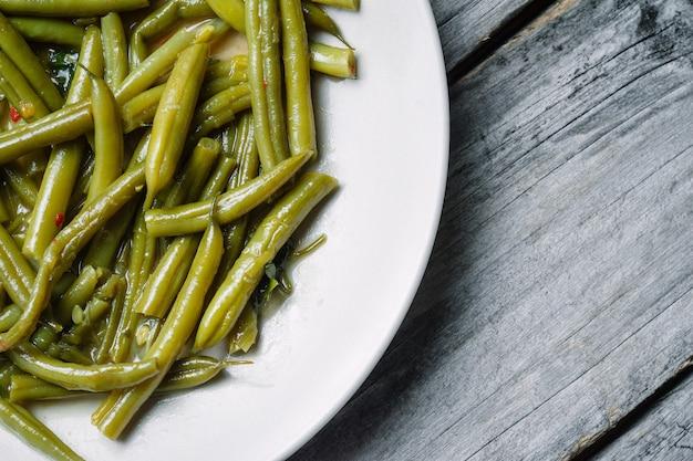 Haricots verts bouillis dans une assiette blanche