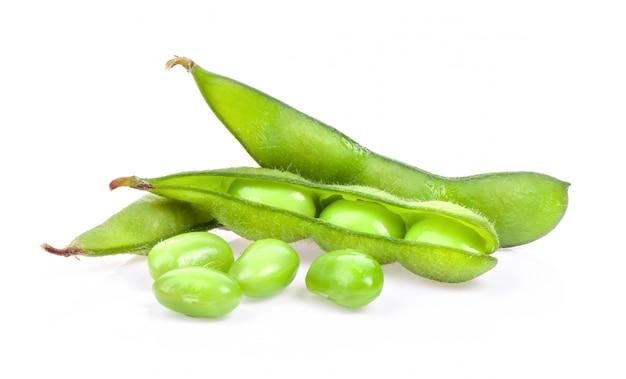 Haricots verts edamame isolés sur une surface blanche