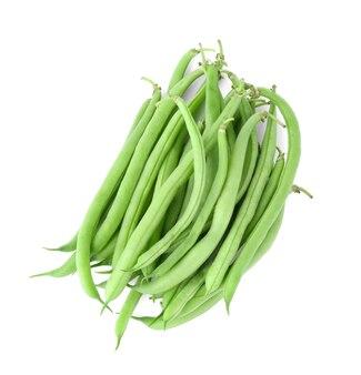 Haricots verts frais sur blanc
