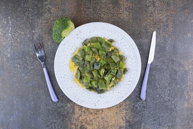 Haricots verts hachés cuits avec des œufs