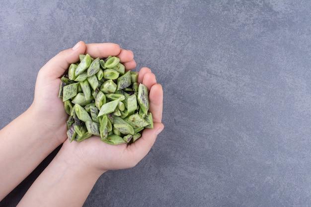 Haricots verts hachés isolés sur une surface bleue