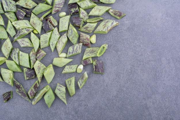 Haricots verts isolés sur fond de béton.