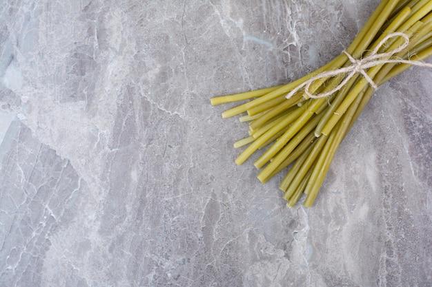 Haricots verts marinés attachés avec une corde.