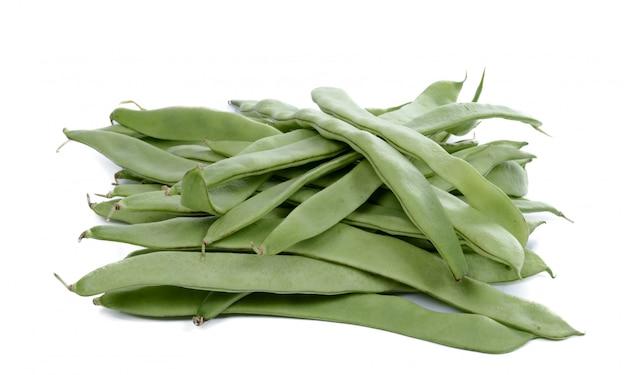 Haricots verts plats sur fond blanc