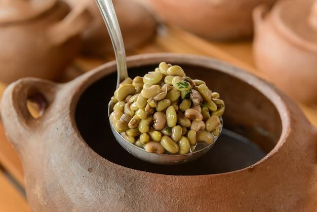 Haricots verts avec des pots en argile floue en arrière-plan cuisine traditionnelle du nord-est du brésil