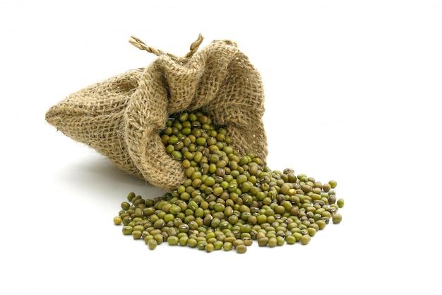 Haricots verts en sac, isolés sur blanc