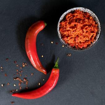 Harissa traditionnelle en sauce au piment fort piquante du maghreb. maroc et cuisine arabe. adjika géorgien. peperoncino sause