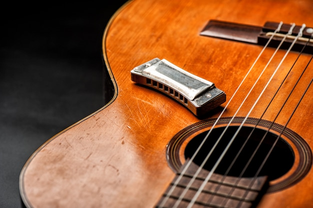 Harmonica vintage à la guitare acoustique