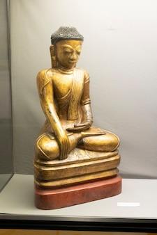 Hartlepool, royaume-uni - 27 juillet 2021 : le musée national de la royal navy, dans le nord de l'angleterre. vitrine en bois doré statue de bouddha