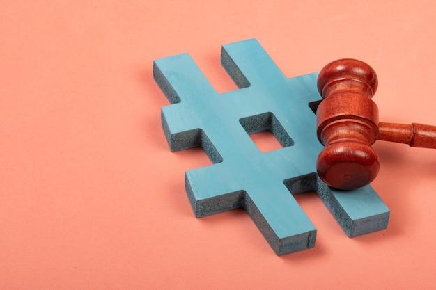 Hashtag et marteau de justice symbolisant les crimes sur internet