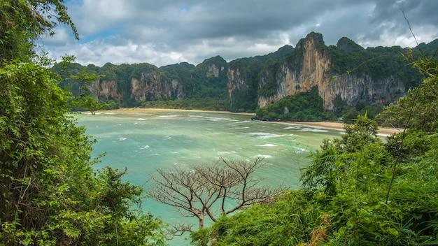 Le hat tom sai beach à railay près d'ao nang à l'extérieur de la ville de krabi sur la mer d'andaman dans le sud de la thaïlande. basse saison